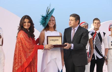 Aishwarya presents Elegant Lady Prize at Dubai World Cup